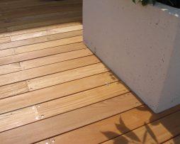 Garapa posato con viti a vista. Pavimentazione di terrazzo in abitazione privata.  (1)