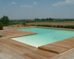 Teak posato con clip e fresatura simmetrica. Bordo  piscina di abitazione privata.