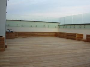 Teak posato con viti a vista. Terrazzo di abitazione privata (2)