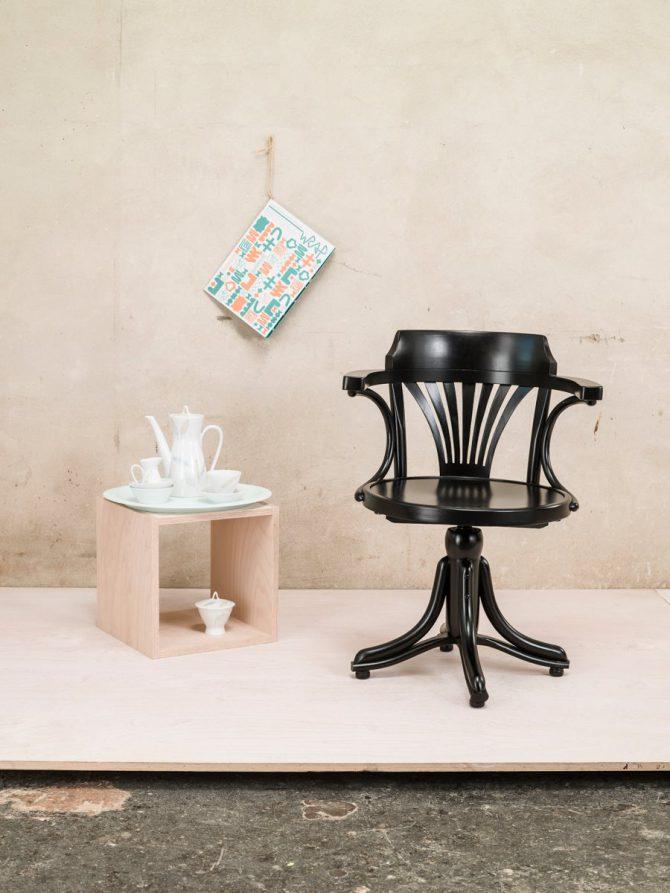 stol-kontor-503_thonet-design_showroom_1